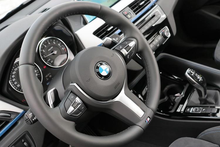 三輻式造型後方有換檔撥片,握感就與BMW雙門跑車相同。