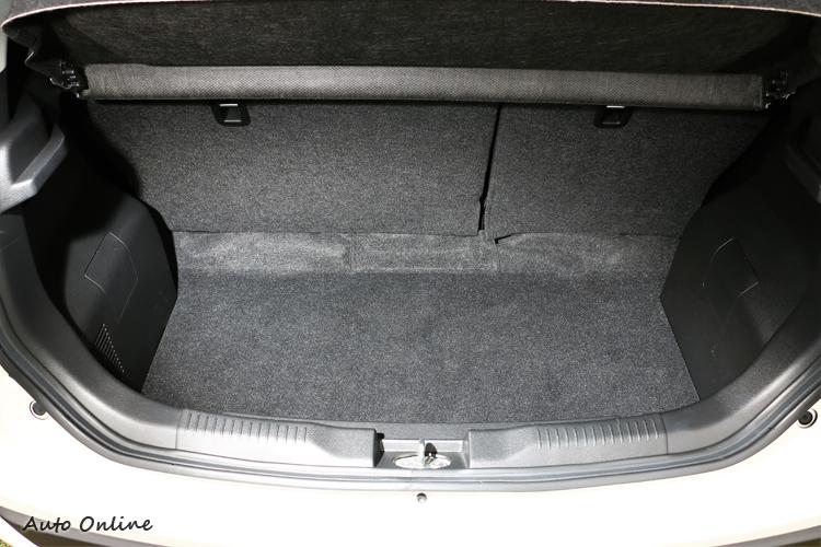 行李廂可想而知只能放些小東西,除非把後座6/4分離傾倒,最大可換來501L的置物容積。