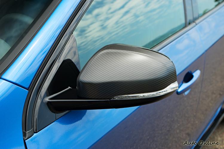 碳纖維後視鏡也是2018年式車型跟過去不同處。