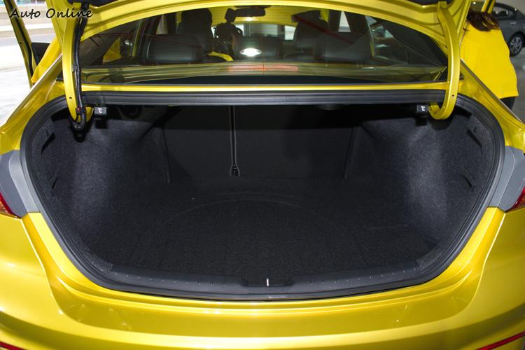 行李廂空間達458公升算是不小。
