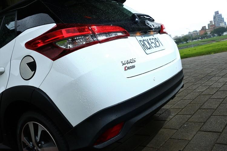車尾有專屬的Yaris Cross專屬銘牌,保桿下緣也被大面積黑色塑料包覆。