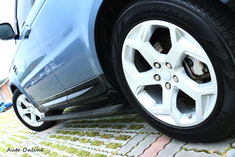 台灣販售車型標準配備電動伸縮車側踏板,在越野的時候可以關閉它的功能。