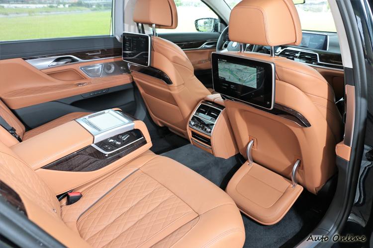 後座的重頭戲在於全新設計的BMW Executive Lounge總裁座椅(需選配),打造頭等艙般寬敞舒適的乘坐空間。