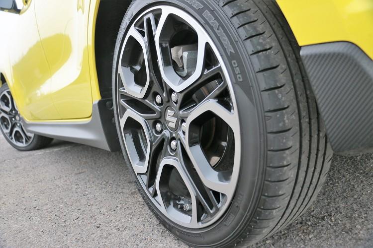 輪胎的尺寸只有195/45R17,如果胎面能升級到205或者215,會提高過彎極限與樂趣。