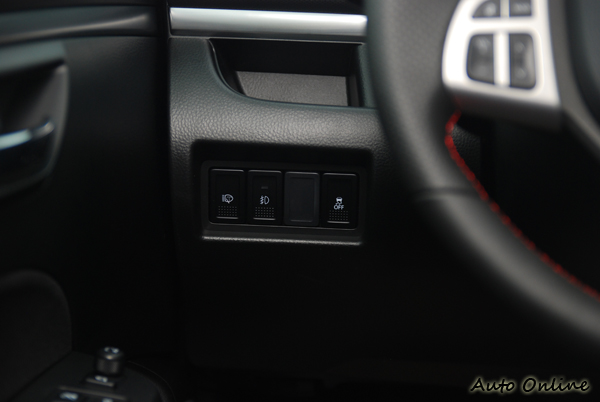 SWIFT SPORT不僅搭載ESP車身穩定系統,還配備了這等級小車不常見的頭燈清洗器。