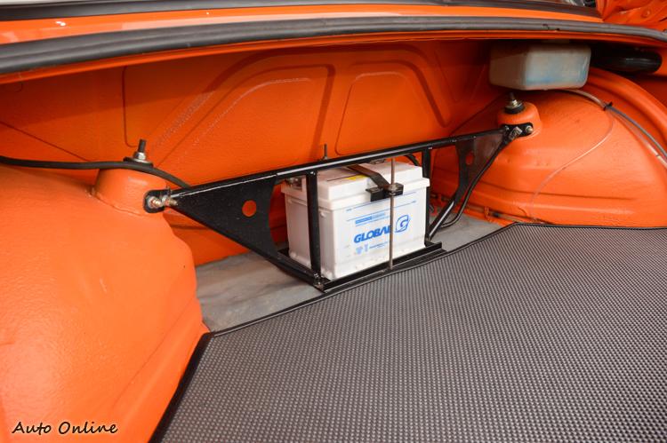 電瓶後移到行李廂內,並加裝行李廂拉桿來增強車體結構。
