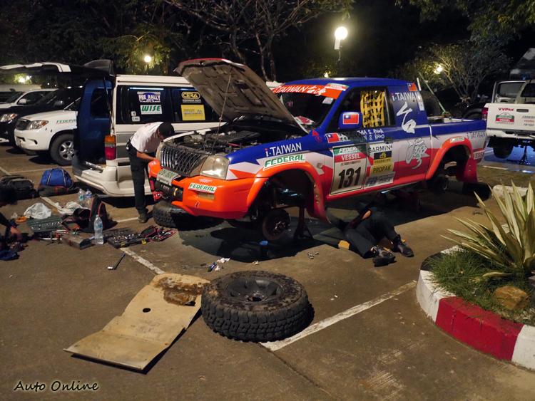 車隊經理陳和皇與來自台灣後勤的莊文彬,每晚面臨不同挑戰都一一克服,帶領車隊奪得女子組冠軍。