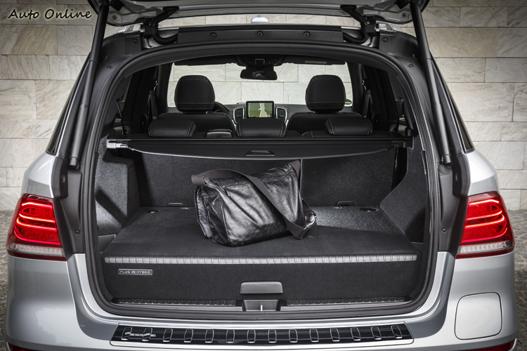 裝上PHEV系統之後,行李廂瞬間少了很多空間啊!