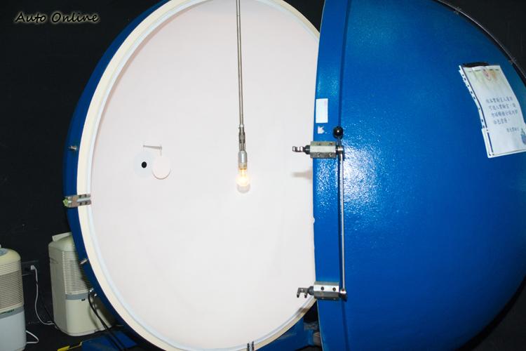 執行燈泡光通量測試的燈泡檢測積分球。