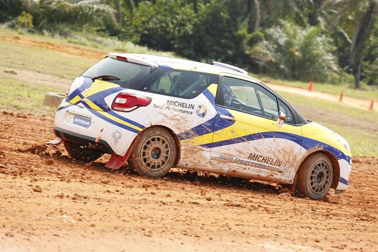 初次體驗拉力車、拉力路面與拉力胎,拉力胎在泥濘路面下帶來的穩定性令我驚嚇。