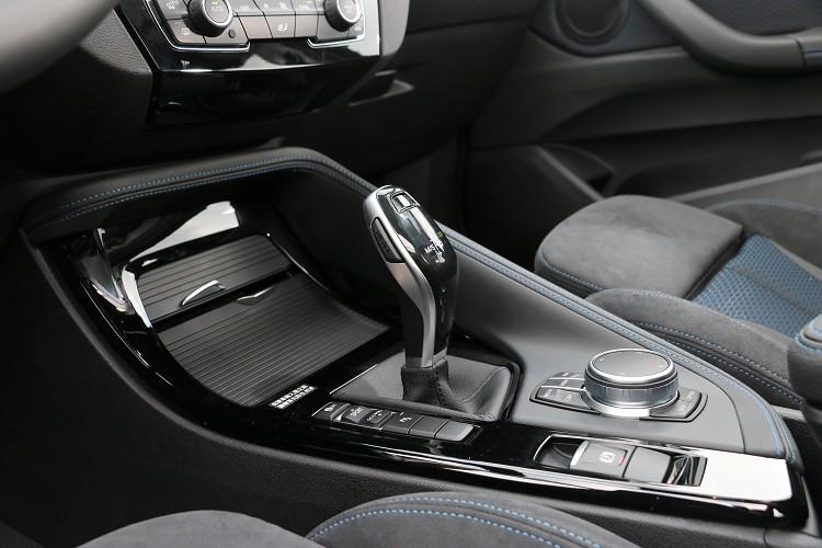 以駕駛者為導向的中央鞍座,所有重要的按鍵都設置於這裡。