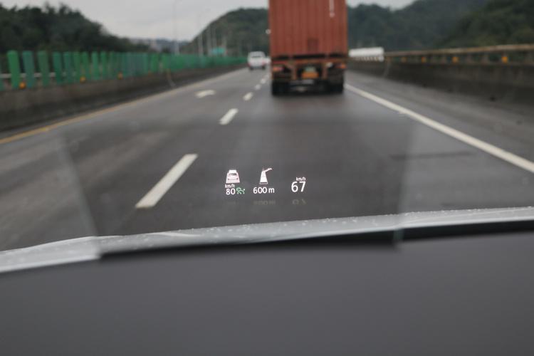 包括車速、定速巡航設定及導航等資訊,都會出現在抬頭顯示器上面。
