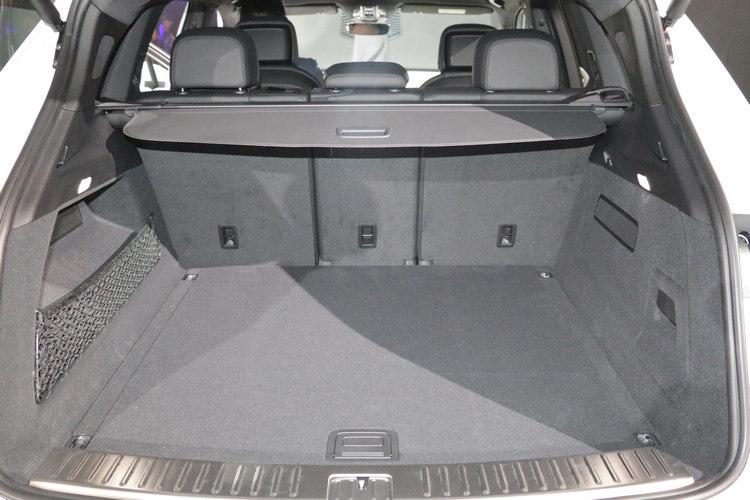 新一代Cayenne的車長只比前代增加6.3公分,而且軸距維持不變,但行李空間卻能夠一舉擴增100公升,相當驚人!