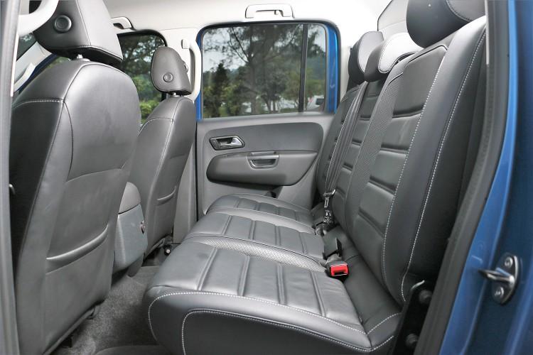 後座空間寬敞但受限車格設計,椅背角度稍微直了點;後座椅背以及椅墊都能折疊來當作置物空間。