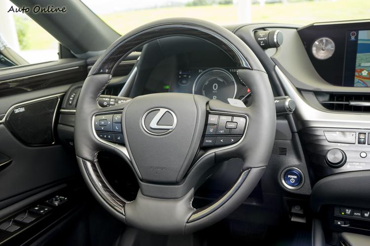 方向盤可控制音響、藍芽、定速等功能。