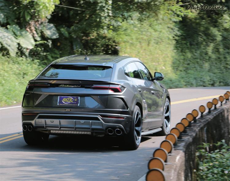 Urus結合LSUV的舒適性與超跑強勁的動態特性,是一部具有多重性格的全方位性能車款。