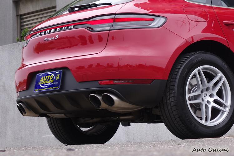 車尾是小改款外觀改變比較明顯的部份,首次導入中央3D LED光帶的設計。