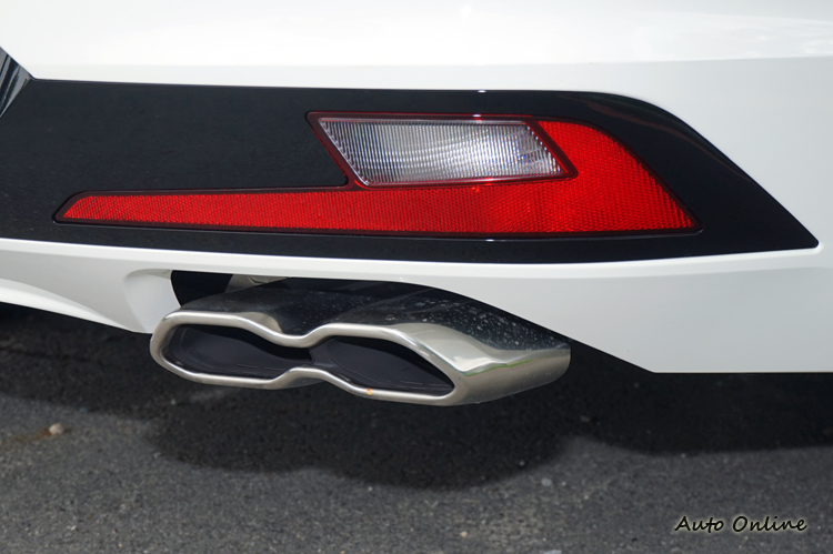 不規則造型且相連的雙出排氣尾管。