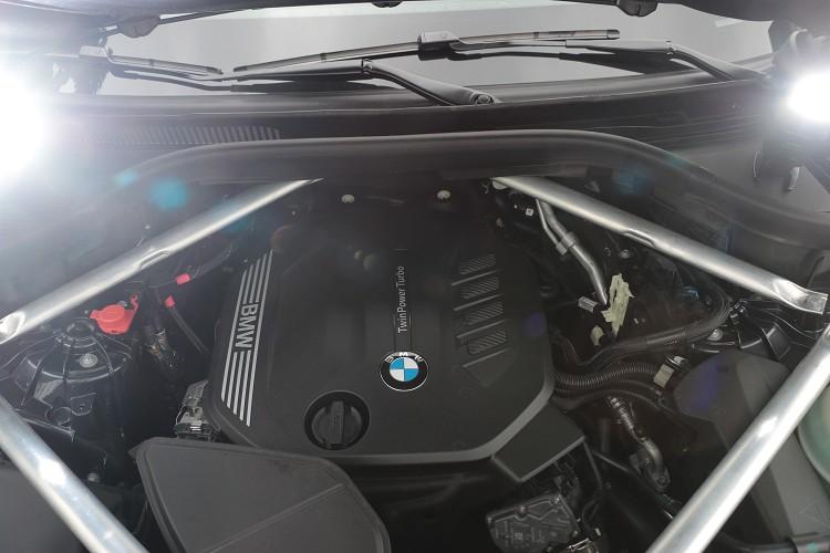 BMW X5 xDrive25d搭載一具2.0升四缸渦輪增壓柴油引擎,整體的輸出透性非常符合這類大型休旅車的輸出特性。