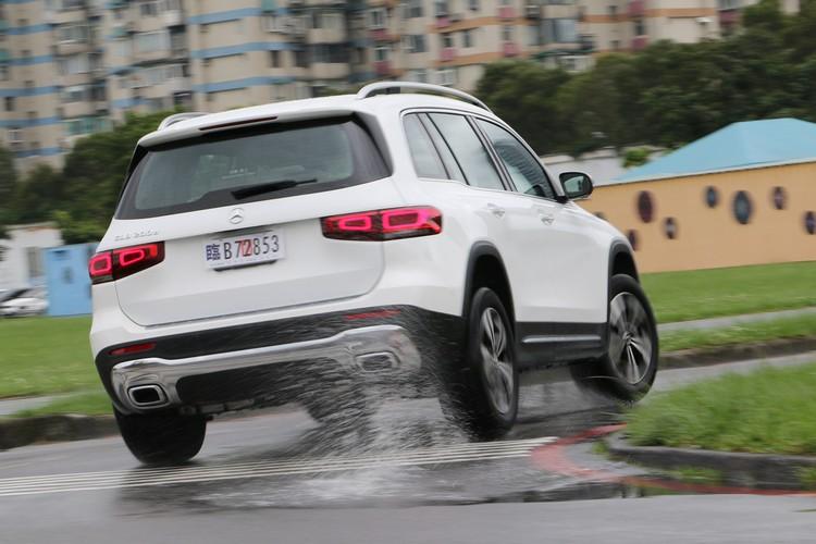 和汽油車款GLB 180相比,GLB 200d柴油動力提供更充沛的動力表現。