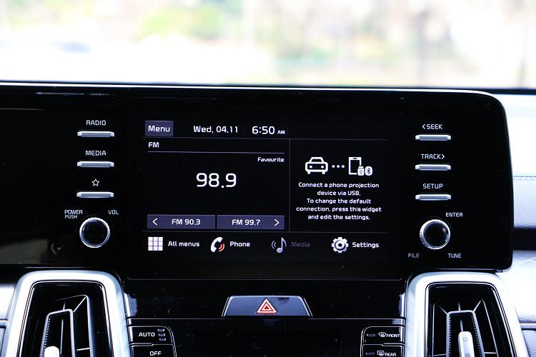 國內引進的車款配置的是8吋觸控螢幕主機,支援Apple Carplay、 Android Auto等功能,唯一可惜的地方就是沒有中文化。