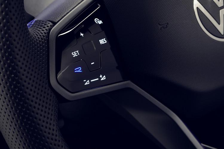 Tiguan R方向盤上擁有專屬R 按鍵,一鍵就能切換至「賽車模式」。/