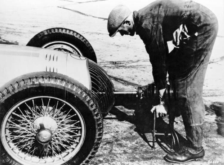 早期發動汽車之前,首先要做的就是必須站在車頭轉動曲軸搖把 (Hand Crank)。
