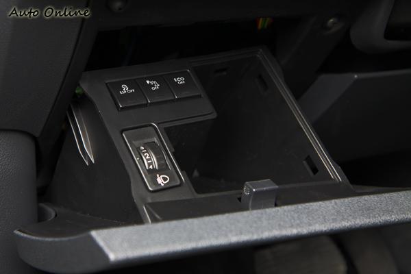不常用的控制鍵還藏在右下方的雜物盒內,相當特別。