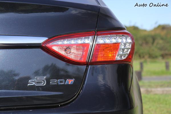 LUXGEN 5 Sedan 。LUXGEN 5 Sedan 2.0T採用2.0升渦輪增壓引擎,藉由排氣量的增加,可輸出至170匹最大馬力。