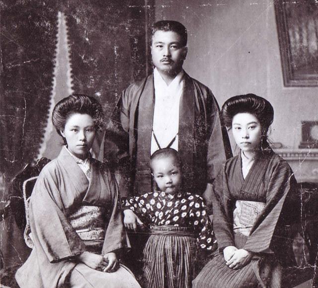 孩提時代的片山豊和父母與阿姨的合影。