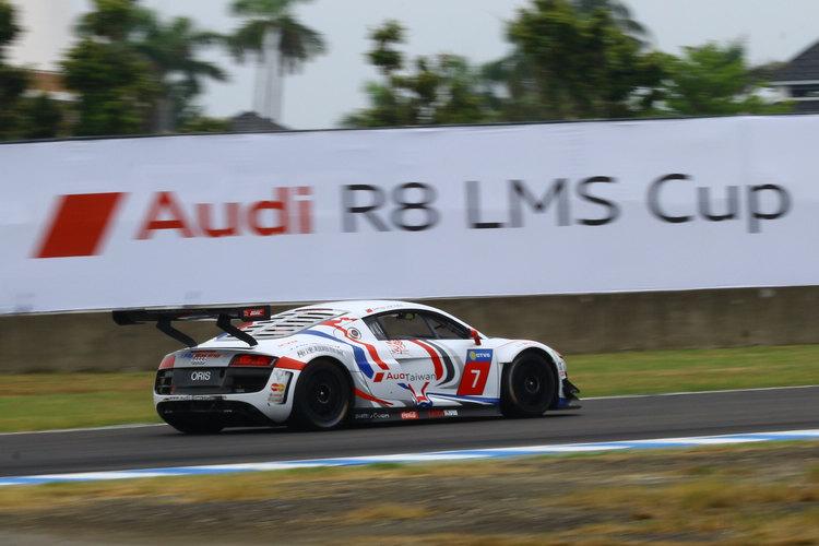 李勇德的賽車以紅藍塗裝加在白色車身上,車頂並有青天白日滿地紅國旗。