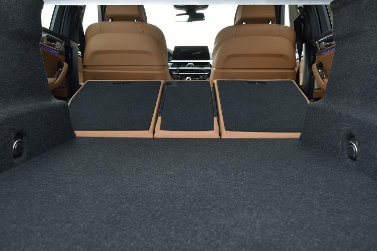 後座椅背有4/2/4分離功能,瞬間增加行李廂容積。