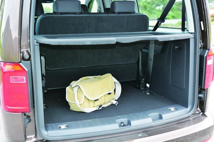 即使第三排座椅沒有翻折的情況下,依然保有充裕的行李空間。