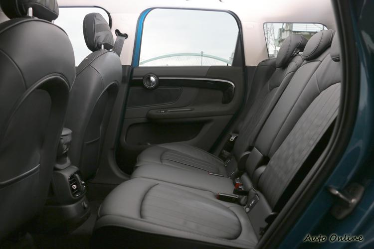 座椅可60:40比例前後滑移13公分的調整,帶來後排乘客更舒適自由的乘坐感受。
