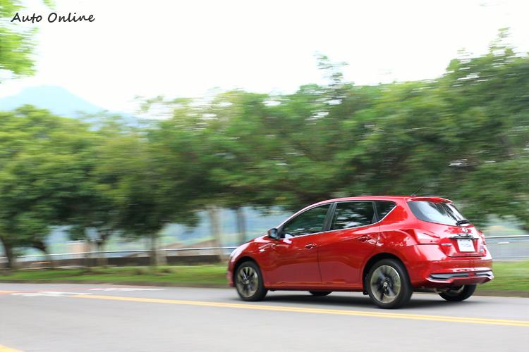 配上跑胎的渦輪增壓車型,能感受到路面回饋較自然進氣直接。