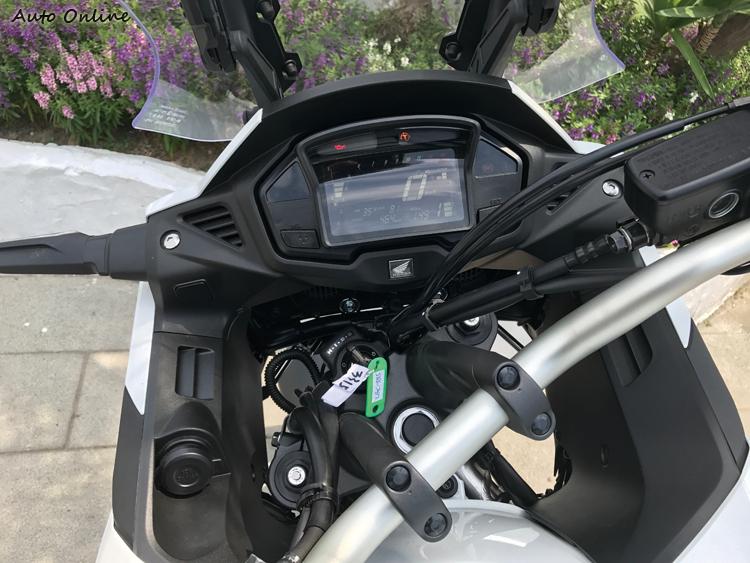 整流罩內區域很有一體感,方形儀表仍為單色,鑰匙也是傳統形式。VFR800X只有傳統往復六檔變速箱,沒有DCT可選。