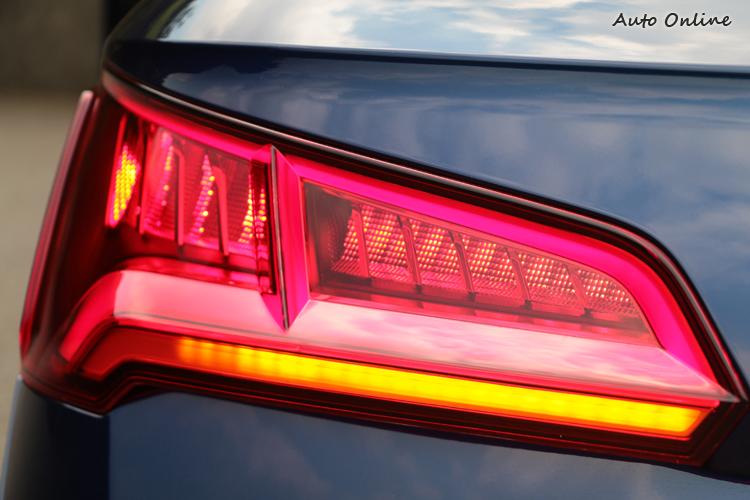 整合動態指示方向燈的3D全LED尾燈組識別性極佳,對於安全性有一定提昇作用。