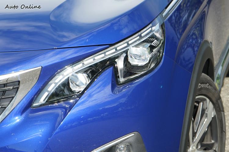 獅爪造型頭燈內部為全LED燈。