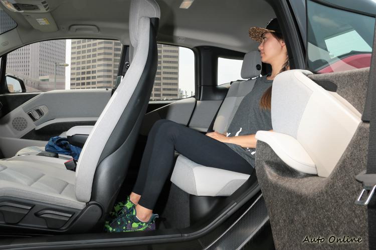 歸功於2,570mm的長軸距以及無中央傳動軸的設計,提供超乎想像的寬敞乘坐空間。