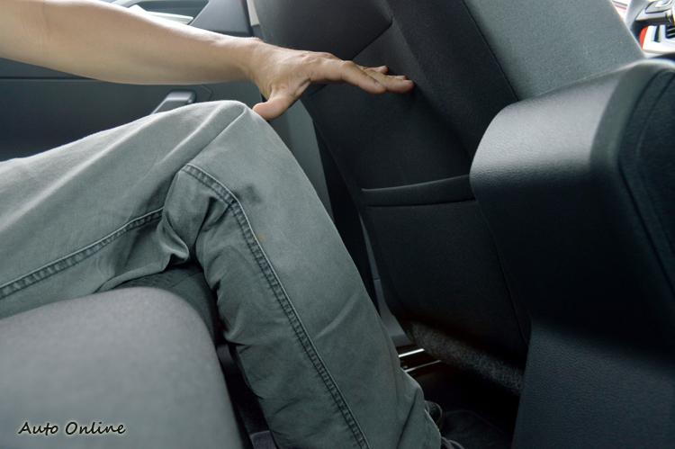 前座調整至適當位置後,後座乘客膝部和椅背間保有充裕的距離。