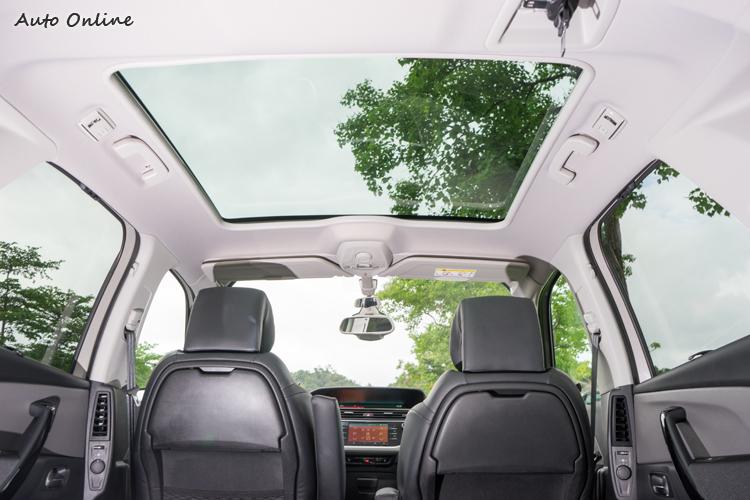 大面積玻璃天窗帶來相當的車室開放感。