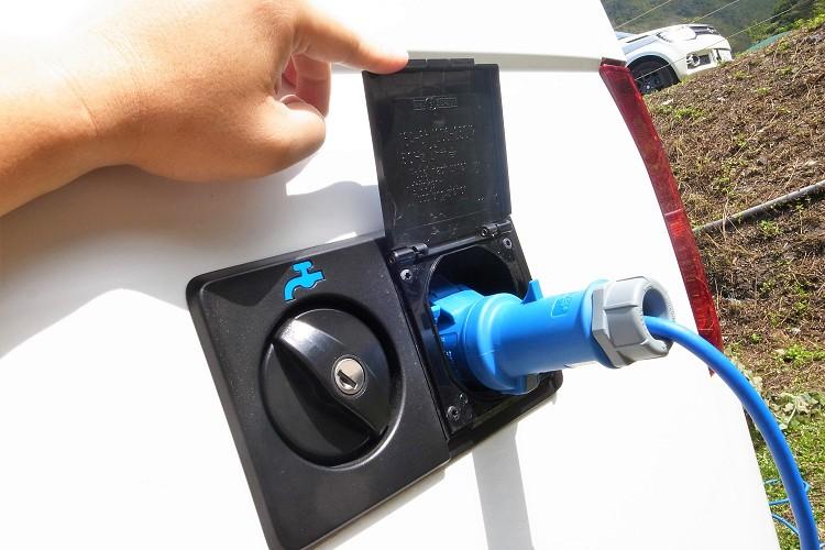 車側有電源與水源的輸入孔,直接連接營地的插頭就能供電給車上電器設備。