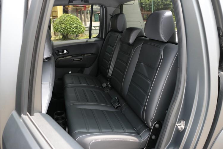 後座不僅寬敞舒適,透過椅背翻折還能彈性運用空間。