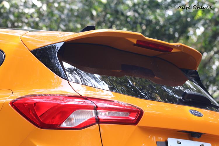 車尾上方裝有擾流翼,鯊魚天線和飾板採用黑色烤漆處理。