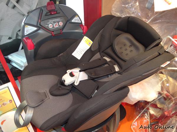 Aprica在新生兒0~4歲的級距上推出這款平躺式安全座椅。