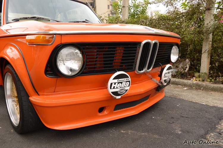 車主從美國購入2002 Turbo外觀套件,並加裝兩顆拉力式樣的霧燈。