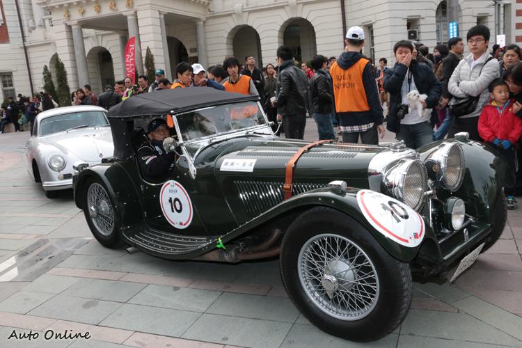 JAGUAR SS100生產於1936年,需要一位年紀相仿的人來擔任駕駛。