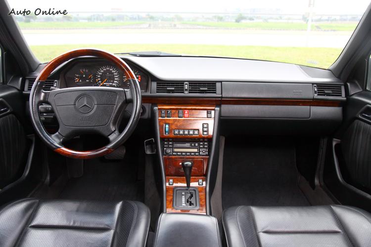 核桃木飾板是當年高級車必備品,就算是標榜性能的AMG E400也一樣。