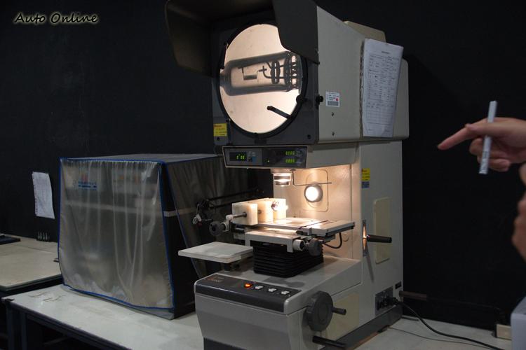 透過光學投影儀來檢測燈絲形狀與尺寸。