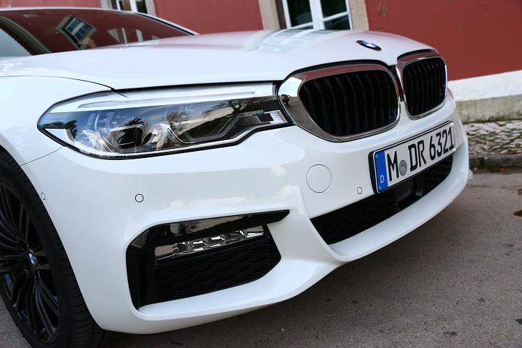 車頭加大面積的雙腎形水箱護罩,裡面有主動式葉片,5系列是BMW最後一輛開眼頭的車型。